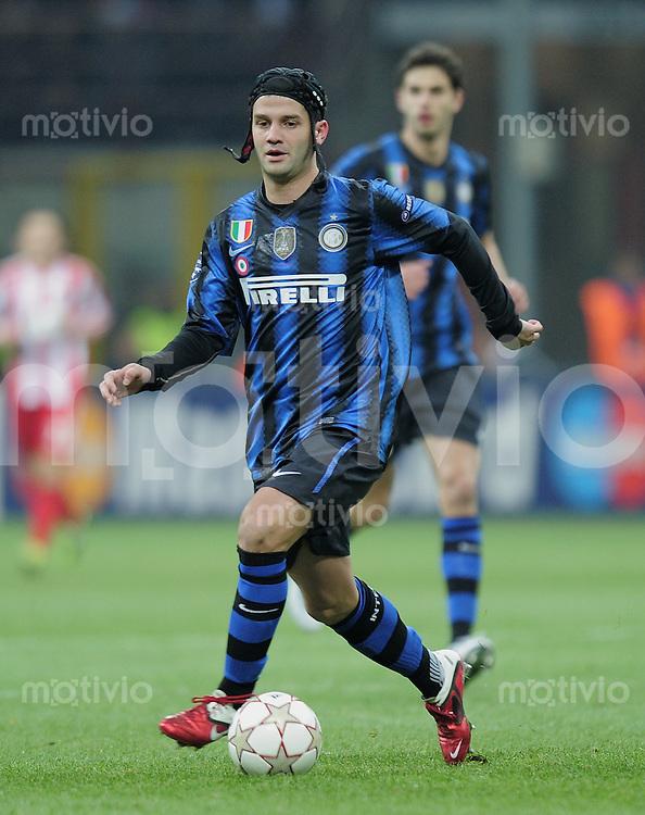 FUSSBALL   CHAMPIONS LEAGUE   SAISON 2010/2011   Achtelfinale  23.02.2011 Inter Mailand - FC Bayern Muenchen Cristian Chivu (Inter Mailand) mit Ball