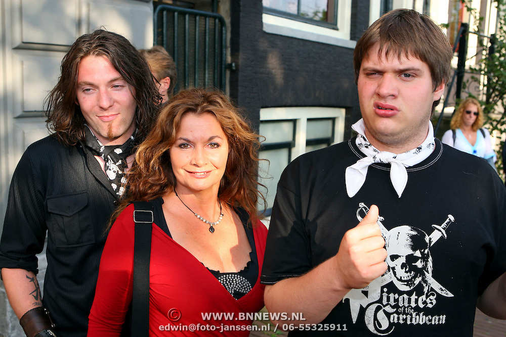 NLD/Amsterdam/20070721 - Premiere Pirates Pirates, Belinda Meuldijk, zoon Yoshi en partner Thierry Duval Slothouwer