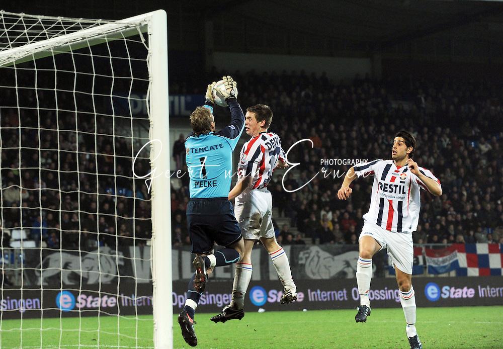 28-02-2009 Voetbal:Willem II:Heracles Almelo:Tilburg<br /> Bart Biemans is net te laat bij Martin Pieckenhagen. George Mourad kijkt het duel toe<br /> Foto: Geert van Erven
