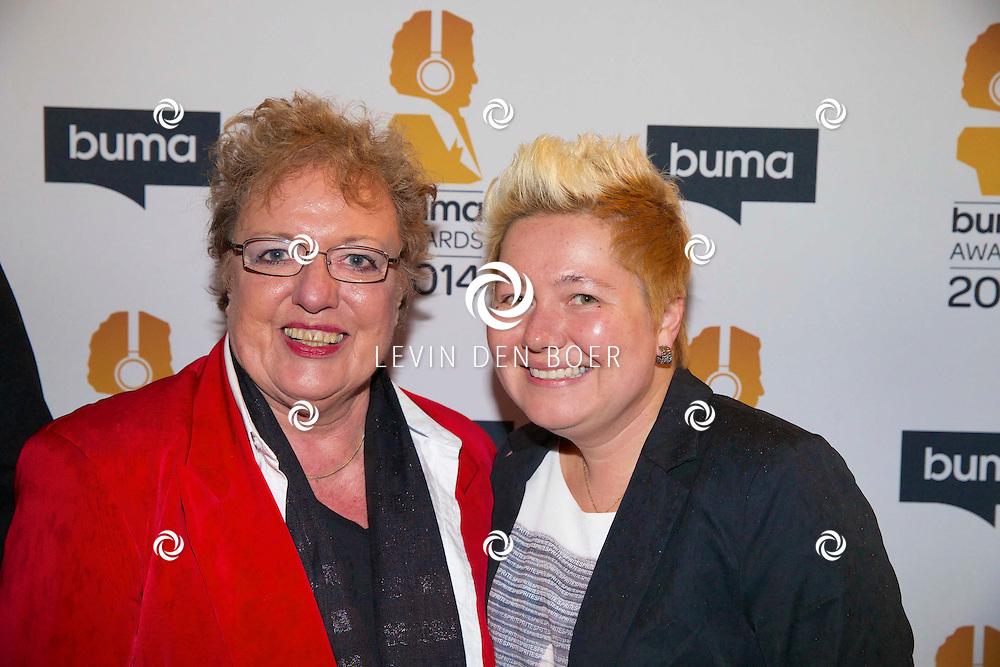 HILVERSUM - Een besloten feest van BUMA AWARDS 2014 in Studio 21 op het Mediapark. Met op de zwarte loper  Astrid Nijgh (l) met nieuwe vriendin Louise Schmidt (r). FOTO LEVIN DEN BOER - PERSFOTO.NU