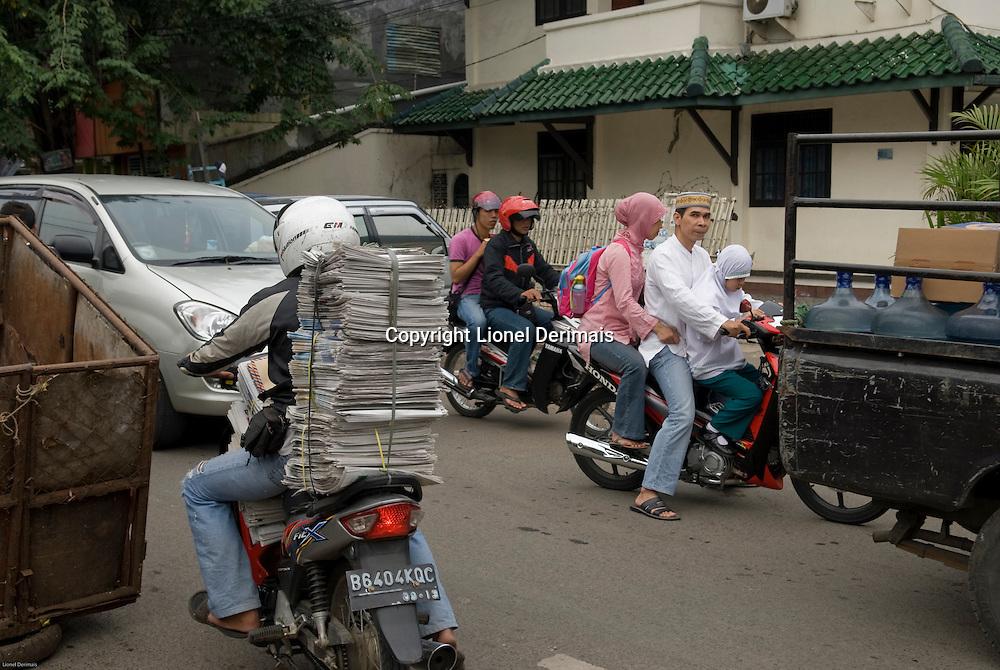 The whole family on a motorbike. Toute la famille sur une moto.