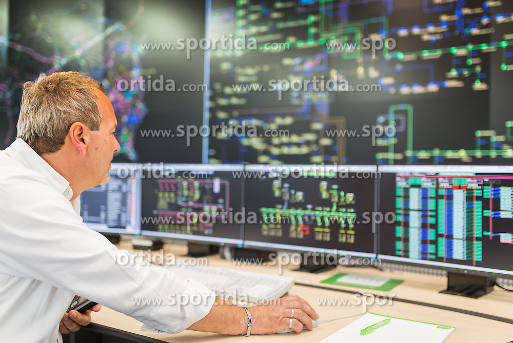 20.05.2016, Technikcenter Sued, Graz, AUT, Hochsicherheits Zentrale für Strom und Gasnetz, im Bild Schaltmeister // feature image of the new high-security headquarters for electricity and gas grid in Graz, Austria on 2016/05/20, PhotoCredit: EXPA/ Dominik Angerer