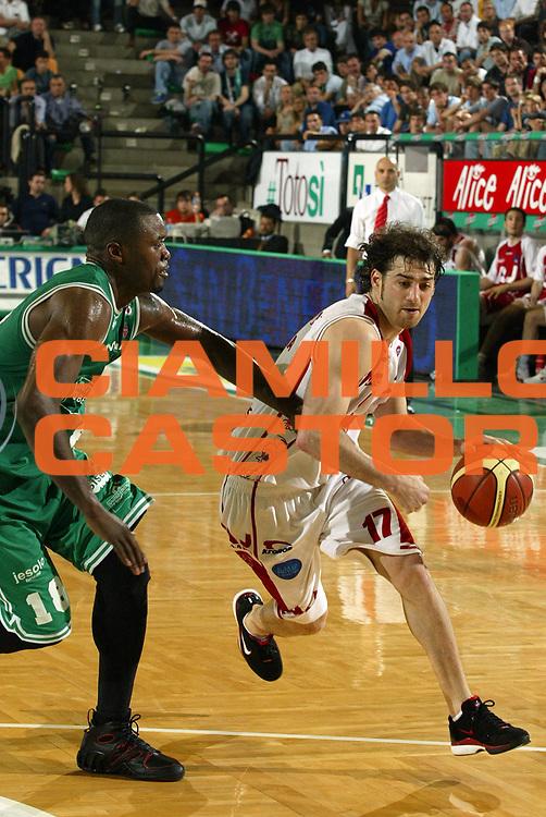 DESCRIZIONE : Treviso Lega A1 2005-06 Play Off Quarti Finale Gara 3 Benetton Treviso Armani Jeans Olimpia Milano <br /> GIOCATORE : Calabria<br /> SQUADRA : Armani Jeans Olimpia Milano <br /> EVENTO : Campionato Lega A1 2005-2006 Play Off Quarti Finale Gara 3 <br /> GARA : Benetton Treviso Armani Jeans Olimpia Milano <br /> DATA : 23/05/2006 <br /> CATEGORIA : Penetrazione<br /> SPORT : Pallacanestro <br /> AUTORE : Agenzia Ciamillo-Castoria/E.Pozzo