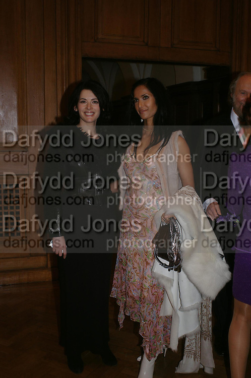 Nigella Lawson and Padma Lashkmi. the Triumph of Painting. Part 1. The Saatchi Gallery. 25 January 2005. ONE TIME USE ONLY - DO NOT ARCHIVE  © Copyright Photograph by Dafydd Jones 66 Stockwell Park Rd. London SW9 0DA Tel 020 7733 0108 www.dafjones.com