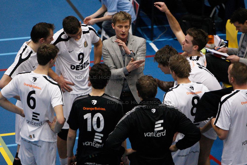 07-01-2012 VOLLEYBAL: A LEAGUE DRAISMA DYNAMO - NETWERK STV : APELDOORN <br /> Brecht van Kerckhove coach van Netwerk STV <br /> &copy;2011-FotoHoogendoorn.nl / Pim Waslander