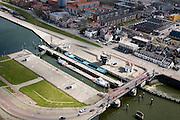 Nederland, Noord-Holland, IJmuiden, 16-04-2008; binnenvaartschepen in de dubbele sluiskolk van de Zuidersluis, onderdeel van het sluizencomplex aan het begin van het Noordzee kanaal; Noordzeekanaal, sluis, sluizen, schutten, kolk, ..luchtfoto (toeslag); aerial photo (additional fee required); .foto Siebe Swart / photo Siebe Swart.