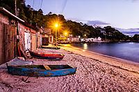 Vila de pescadores na Praia da Tapera ao anoitecer. Florianópolis, Santa Catarina, Brasil. / Fishermen community at Tapera Beach at dusk. Florianopolis, Santa Catarina, Brazil.