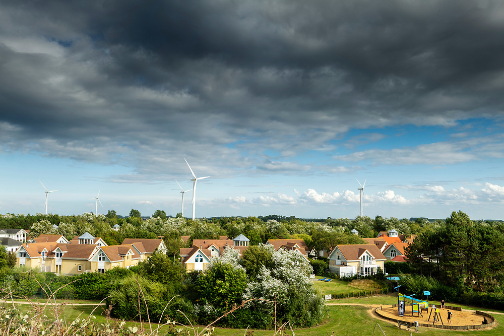 Het bungalowpark De Banjaard in Noord-Beveland met in de achtergrond de windmolens.<br /> <br /> Bungalow park De Banjaard in Noord-Beveland with wind mills in the background.
