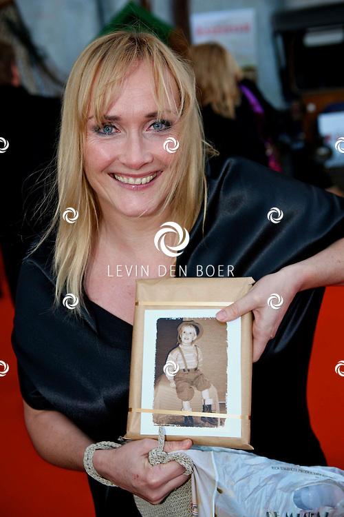 KAATSHEUVEL/EFTELING - Vanmiddag vond in Theater de Efteling de galapremiere plaats van de musical Kruimeltje, een coproductie van Rick Engelkes Producties en Efteling Theaterproducties.  Met op de foto Marleen van der Loo en een verrassing voor haar man. Een fotolijst met haar dochter Liene Teuntje verkleed als kruimeltje. FOTO LEVIN DEN BOER - PERSFOTO.NU