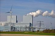 Nederland, Groningen, Eemshaven, 15-4-2015 In de Eemshaven wordt door verschillende electriciteitsbedrijven stroom geproduceerd. De grote blauwe centrale van RWE, voorheen Essent, springt het meest in het oog. Ook Electrabel, Eemscentrale, en Nuon, Vattenfall hebben hun eenheden. Naast de traditionele centrales staat er ook een windmolenpark met ruim 90 molens. FOTO: FLIP FRANSSEN/ HH