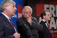 26 APR 2004, BERLIN/GERMANY:<br /> Michael Sommer (L), Vorsitzender Deutscher Gewerkschaftsbund, Guenter Verheugen (M), Kommissar der Europaeischen Union fuer die Osterweiterung der Union, und Franz Muentefering (R), SPD Parteivorsitzender, waehrend einer Pressekonferenz zur Sitzung des SPD Gewerkschaftsrates, Willy-Brandt-Haus<br /> IMAGE: 20040426-03-017<br /> KEYWORDS: Franz Müntefering, Günter Verheugen