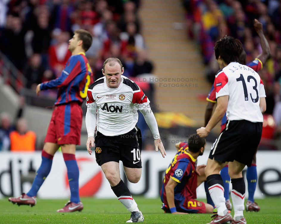 28-05-2011 VOETBAL: CHAMPIONS LEAGUE FINAL FC BARCELONA - MANCHESTER UNITED: LONDON<br /> Wayne Rooney of Manchester Utd makes 1-1 and celebrates with his Teammates<br /> ***NETHERLANDS ONLY***<br /> &copy;2011- FotoHoogendoorn.nl/nph/M. Pozzetti