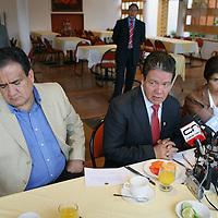 Toluca, Mex.- Los diputados del PRD, Domitilo Posadas (centro), Angel Aburto Monjardin (izq) y Juana Bonilla Jaime (der), hablan con periodistas durante la tradicional conferencia de prensa de la fracción legislativa en el Congreso del Estado de México. Agencia MVT / Mario Vazquez de la Torre. (DIGITAL)<br /> <br /> <br /> <br /> <br /> <br /> <br /> <br /> NO ARCHIVAR - NO ARCHIVE