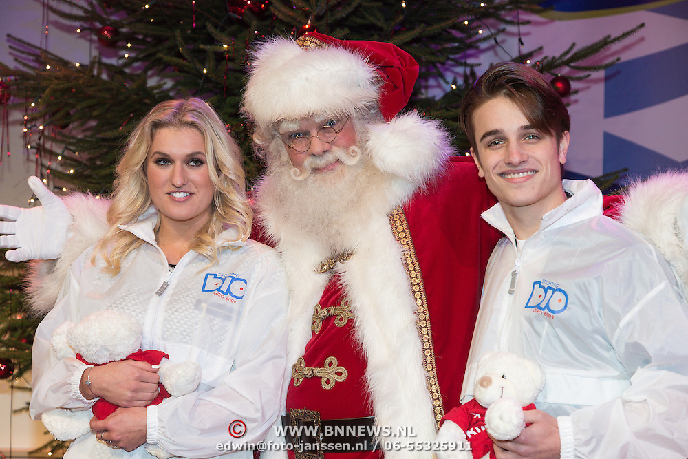 NLD/Hilversum /20131210 - Sky Radio Christmas Tree For Charity 2013, Ralph Mackenbach en Britt dekker met de kerstman