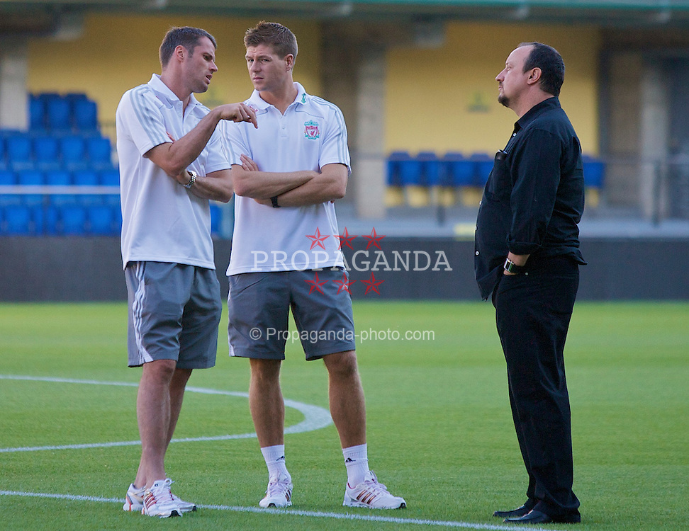 VILLARREAL, SPAIN - Wednesday, July 30, 2008: Liverpool's manager Rafael Benitez with Jamie Carragher and captain Steven Gerrard MBE before a friendly match against Villarreal at the Madrigal Stadium. (Photo by David Rawcliffe/Propaganda)