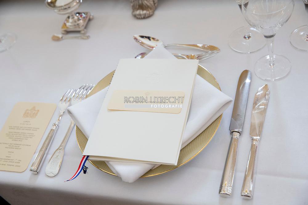 04-07-2016 The Hague Lunch table with menu during the visit of the President of Greece at palace Noordeinde in The Hague.  DEN HAAG - De Valentino-jurk die koningin M&aacute;xima maandag droeg tijdens het staatsbezoek van de Griekse president Prokopis Pavlopoulos, blijkt in de sale.<br /> M&aacute;xima's jurk is in de sale. De @MaisonValentino is nu nog maar 2000 euro. Wel zelf inkorten http://www.valentino.com<br /> Het ontwerp is via de website van de Italiaanse modeontwerper te bestellen voor 2340 dollar, omgerekend bijna 2100 euro. De jurk kostte in eerste instantie bijna 4000 dollar.<br /> <br /> Het bezoek van het Griekse paar staat in het teken van de verdere versterking van de relatie tussen Nederland Griekenland. Koning Willem-Alexander en koningin Maxima ontvingen het Griekse paar bij Paleis Noordeinde. 4-7-2016 - THE HAGUE - July 4 received King Willem-Alexander and Queen Maxima Greek President Prokopis Pavlopoulos and his wife with a welcome ceremony at Noordeinde Palace in The Hague. Followed by an audience. Then offer King Willem-Alexander and Queen Maxima the presidential couple a lunch. The King and keep the president taking a speech. The President of the Hellenic Republic, COPYRIGHT ROBIN UTRECHT<br /> 4-7-2016 - DEN HAAG  - 4 juli ontvangen Koning Willem-Alexander en Koningin Maxima de Griekse president Prokopis Pavlopoulos en zijn echtgenote met een welkomstceremonie bij Paleis Noordeinde in Den Haag. Aansluitend volgt een audi&euml;ntie. Vervolgens bieden Koning Willem-Alexander en Koningin Maxima het presidenti&euml;le paar een lunch aan. De Koning en de president houden daarbij een toespraak. De president van de Helleense Republiek, COPYRIGHT ROBIN UTRECHT