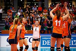 20140425 NED: Jong Oranje Vrouwen - Montenegro, Arnhem <br /> Vreugde na een gewonnen punt, Lynn Braakhuis (5), Janieke Popma (1), Juliet Lohuis (11), Britt Bongaerts (4) The Netherlands<br /> ©2014-FotoHoogendoorn.nl / Pim Waslander
