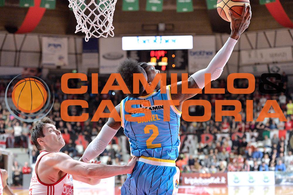 DESCRIZIONE : Milano Lega A 2014-15 Openjobmetis Varese- Vagoli Basket Cremona<br /> GIOCATORE : Ed Daniel<br /> CATEGORIA : Tiro<br /> SQUADRA : Vagoli Basket Cremona<br /> EVENTO : Campionato Lega A 2014-2015 GARA :Openjobmetis Varese - Vagoli Basket Cremona<br /> DATA : 22/03/2015 <br /> SPORT : Pallacanestro <br /> AUTORE : Agenzia Ciamillo-Castoria/IvanMancini<br /> Galleria : Lega Basket A 2014-2015 Fotonotizia : Varese Lega A 2014-15 Openjobmetis Varese - Vagoli Basket Cremona