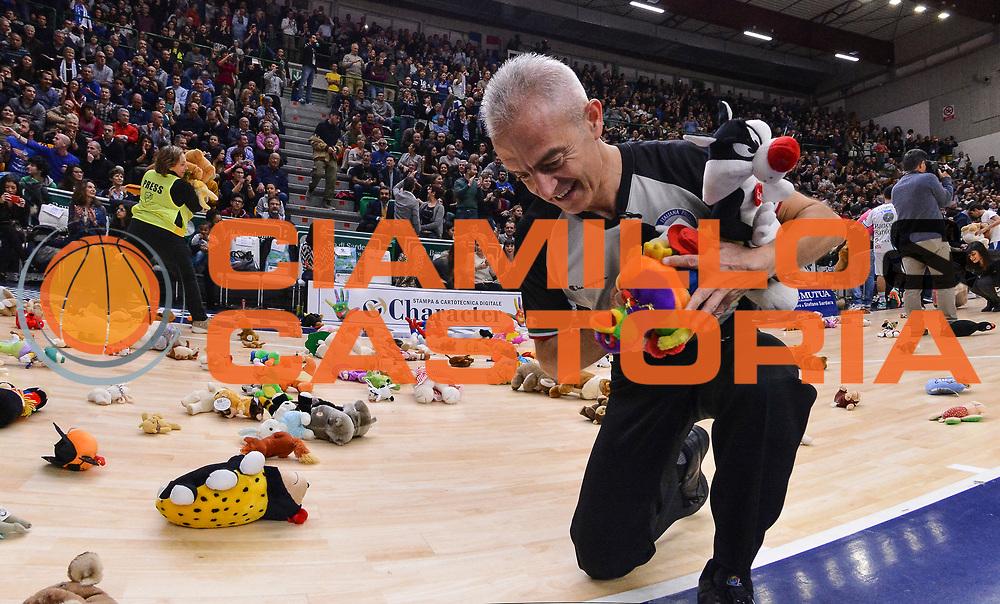 DESCRIZIONE : Campionato 2014/15 Dinamo Banco di Sardegna Sassari - Grissin Bon Reggio Emilia<br /> GIOCATORE : Roberto Chiari Teddy Bear Toss<br /> CATEGORIA : Arbitro Referee Curiosit&agrave;<br /> SQUADRA : AIAP<br /> EVENTO : LegaBasket Serie A Beko 2014/2015<br /> GARA : Dinamo Banco di Sardegna Sassari - Grissin Bon Reggio Emilia<br /> DATA : 22/12/2014<br /> SPORT : Pallacanestro <br /> AUTORE : Agenzia Ciamillo-Castoria / Luigi Canu<br /> Galleria : LegaBasket Serie A Beko 2014/2015<br /> Fotonotizia : Campionato 2014/15 Dinamo Banco di Sardegna Sassari - Grissin Bon Reggio Emilia<br /> Predefinita :
