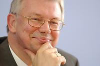 """07 JUN 2003, BERLIN/GERMANY:<br /> Roland Koch, CDU, Ministerpraesident Hessen, waehrend einer Pressekonferenz zum Thema """"Mehr Arbeit, mehr Geld"""", Bundespressekonferenz<br /> IMAGE: 20030707-03-045<br /> KEYWORDS: Ministerpräsident"""