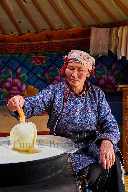 Mongolie, Province de Arkhangai, campement nomade, femme nomade brassant du lait  à l'intéreur de sa yourte // Mongolia, Arkhangai province, nomad woman brewing milk in the yurt