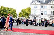 Zijne Majesteit Koning Willem-Alexander en Hare Majesteit Koningin Máxima brengen een werkbezoek aan de Duitse deelstaten Rijnland-Palts en Saarland.<br /> <br /> His Majesty King Willem-Alexander and Her Majesty Queen Máxima paid a working visit to the German federal states of Rhineland-Palatinate and Saarland.<br /> <br /> op de foto / On the Photo: Aankomst bij de Staatskanselarij Saarland en begroeting door ministerpresident Tobias Hans en echtgenote Tanja Hans.<br /> <br /> Arrival at the Staatskanselarij Saarland and greeting by Prime Minister Tobias Hans and wife Tanja Hans.