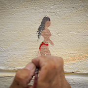 NOVIEMBRE 15, 2015---MIAMI, FLORIDA<br /> Julio Cesar Hernandez, pinta una mujer en bikini en  un mural titulado &quot;The Girl from Ipanema&quot; en un edificio de apartamentos de alquiler en el popular vecindario Wynwood en Miami.