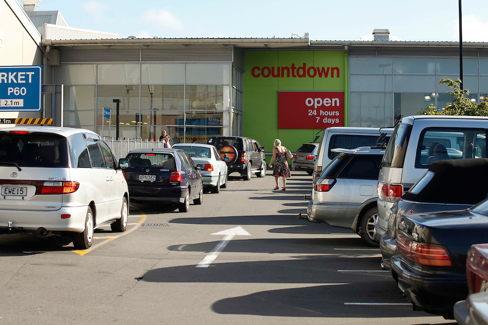 Cars lined up at Northlands Shopping Mall as it reopens, following a swarm of earthquakes, Christchurch, Saturday, December 24, 2011.  Credit:SNPA / Pam Johnson