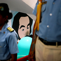 Acto cultural en una escuela en Petare, el fondo se aprecia un mural del Libertador Simon Bolivar.Photography by Aaron Sosa.Venezuela 2008.(Copyright © Aaron Sosa)