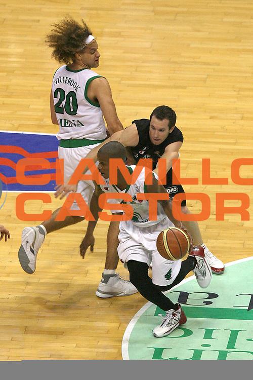 DESCRIZIONE : Siena Lega A1 2006-07 Playoff Finale Gara 3 Montepaschi Siena VidiVici Virtus Bologna <br /> GIOCATORE : Joseph Forte <br /> SQUADRA : Montepaschi Siena <br /> EVENTO : Campionato Lega A1 2006-2007 Playoff Finale Gara 3 <br /> GARA : Montepaschi Siena VidiVici Virtus Bologna <br /> DATA : 17/06/2007 <br /> CATEGORIA : Palleggio <br /> SPORT : Pallacanestro <br /> AUTORE : Agenzia Ciamillo-Castoria/M.Minarelli <br /> Galleria : Lega Basket A1 2006-2007 <br /> Fotonotizia : Siena Campionato Italiano Lega A1 2006-2007 Playoff Finale Gara 3 Montepaschi Siena VidiVici Virtus Bologna <br /> Predefinita :