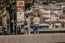 THEMENBILD - Touristen lesen eine Informationstafel an der Seeuferpromenade von Gmunden, aufgenommen am 24. April 2019 in Gmunden, Oesterreich // Tourists read an information board on the lakeshore promenade of Gmunden, Austria. EXPA Pictures © 2019, PhotoCredit: EXPA/ Stefanie Oberhauser