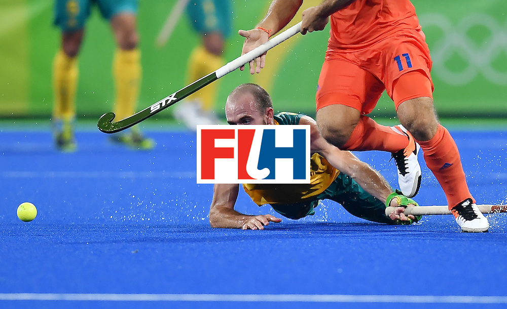 TOPSHOT - Australia's Matthew Swann (L) vies with Netherland's Jeroen Hertzberger during the men's quarterfinal field hockey Netherlands vs Australia match of the Rio 2016 Olympics Games at the Olympic Hockey Centre in Rio de Janeiro on August 14, 2016. / AFP / MANAN VATSYAYANA        (Photo credit should read MANAN VATSYAYANA/AFP/Getty Images)