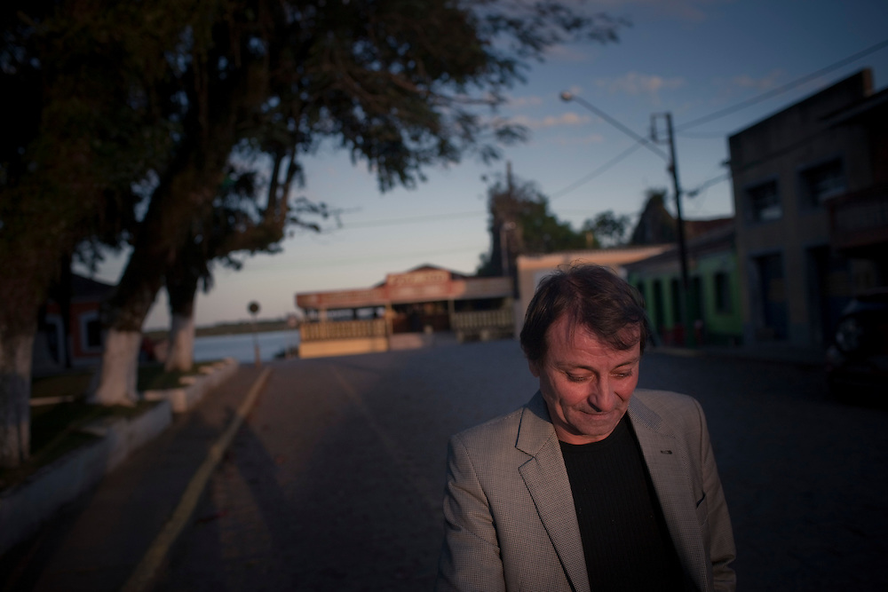 Cananeia, SP, Brazil, 31/08/2011, 17h30:  Cesare Battisti, an Italian revolutionary exiled in Brazil, shows his life in Cananeia, an island located in Brazil's sothwest.   (photo: Caio Guatelli)