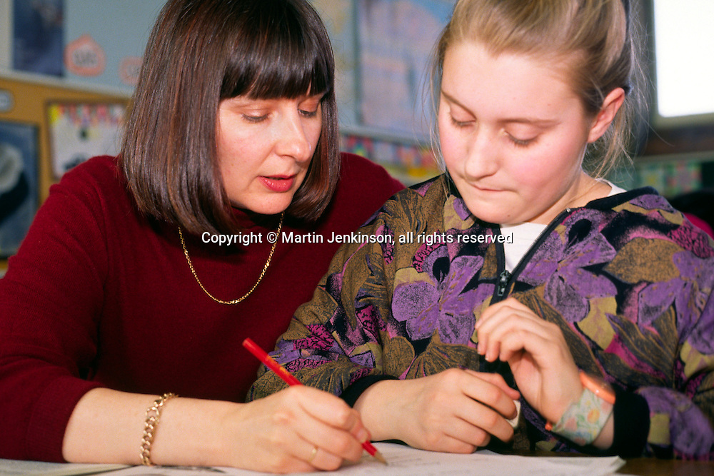 Primary (Junior) Schoolteacher talking to pupil....© Martin Jenkinson tel 0114 258 6808  mobile 07831 189363 email martin@pressphotos.co.uk  NUJ recommended terms & conditions apply. Copyright Designs & Patents Act 1988. Moral rights asserted credit required. No part of this photo to be stored, reproduced, manipulated or transmitted by any means without prior written permission.