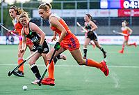 AMSTELVEEN - Marijn Veen (Ned) met Maike Schaunig (Ger)   tijdens de halve finale  Nederland-Duitsland (2-1) van de Pro League hockeywedstrijd dames. COPYRIGHT KOEN SUYK