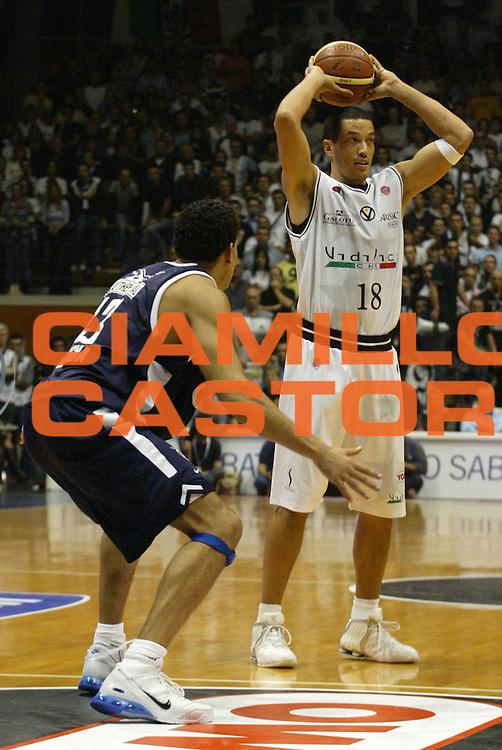 DESCRIZIONE : Bologna Lega A1 2006-07 VidiVici Virtus Bologna Climamio Fortitudo Bologna <br /> GIOCATORE : Davison <br /> SQUADRA : VidiVici Virtus Bologna <br /> EVENTO : Campionato Lega A1 2006-2007 <br /> GARA : VidiVici Virtus Bologna Climamio Fortitudo Bologna <br /> DATA : 29/10/2006 <br /> CATEGORIA : Passaggio <br /> SPORT : Pallacanestro <br /> AUTORE : Agenzia Ciamillo-Castoria/L.Villani