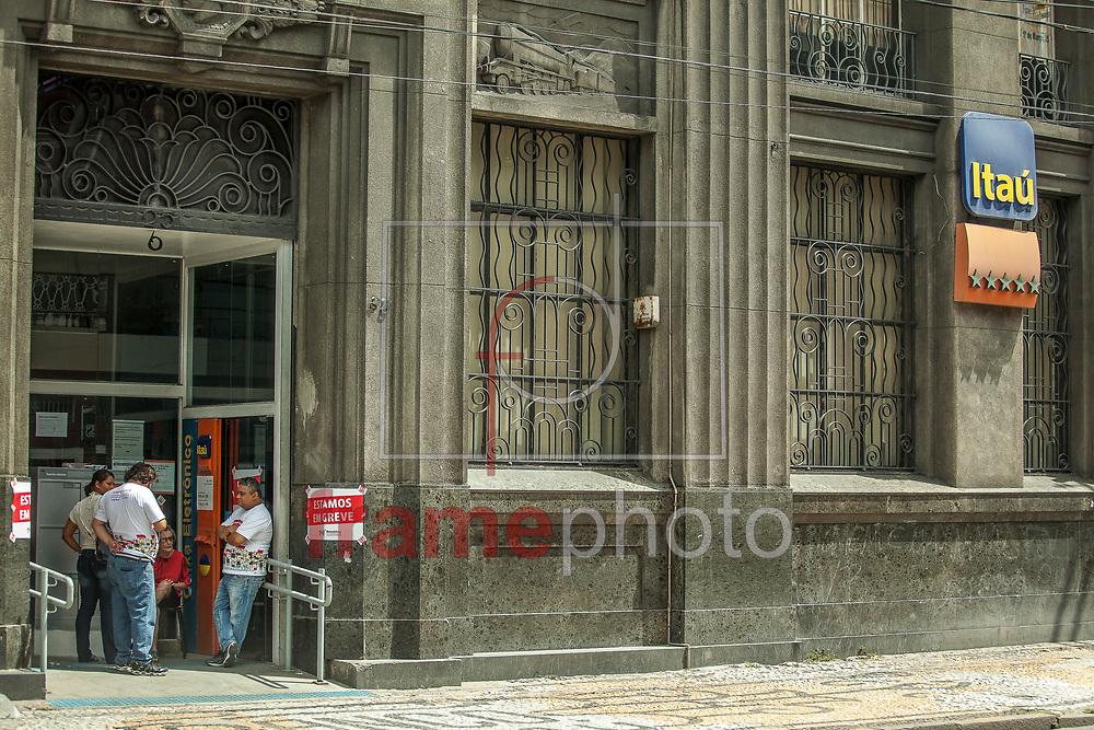 Recife (PE), 19/09/2013 - Deu início nesta quinta-feira, (19) na região metropolitana do Recife (PE), a greve nacional dos bancários. Depois de um mês e meio de negociações, os bancos negaram todas as reivindicações da Campanha 2013 e empurraram os bancários para uma paralisação por tempo indeterminado. Foto: Mauro Filho/Frame