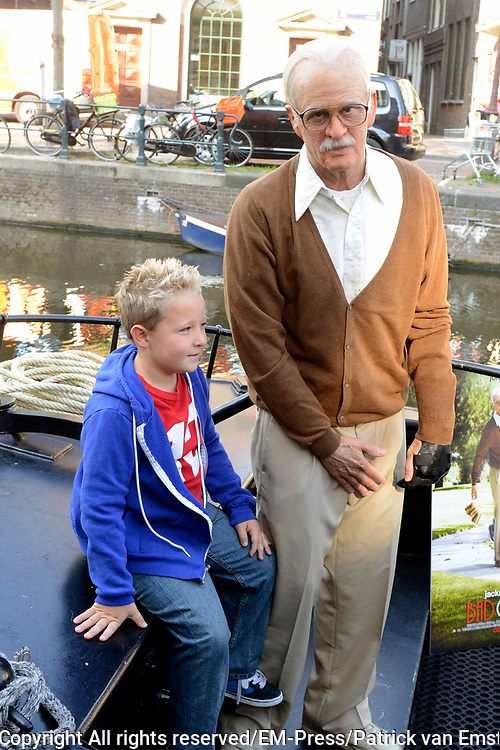 Jackass Johnny Knoxville - Bad Grandpa Perspresentatie in Hotel The Grand, Amsterdam.<br /> <br /> Jackass Johnny Knoxville - Bad Grandpa Press conference at Hotel The Grand, Amsterdam.<br /> <br /> Op de foto / On the photo:  Johnny Knoxville als Grandpa , samen met acteur Jackson Nicoll in de grachten van Amsterdam / Johnny Knoxville as Grandpa, along with actor Jackson Nicoll in the canals of Amsterdam