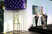 Prinses Beatrix opent nieuwbouw St. Antonius Ziekenhuis in de Utrechtse wijk Leidsche Rijn.<br /> <br /> Princess Beatrix opens new St. Antonius Hospital in Utrecht Leidsche Rijn.<br /> <br /> Op de foto / On the photo: <br /> <br />  Prinses Beatrix, met links voorzitter Raad van Toezicht Boele Staal, verricht de openingshandeling van de nieuwbouw van het Utrechtse St. Antonius Ziekenhuis. <br /> <br /> Princess Beatrix, with on the left Chairman of the Supervisory Board Boele Staal, performed the opening ceremony of the new building of the St. Antonius Hospital in Utrecht.