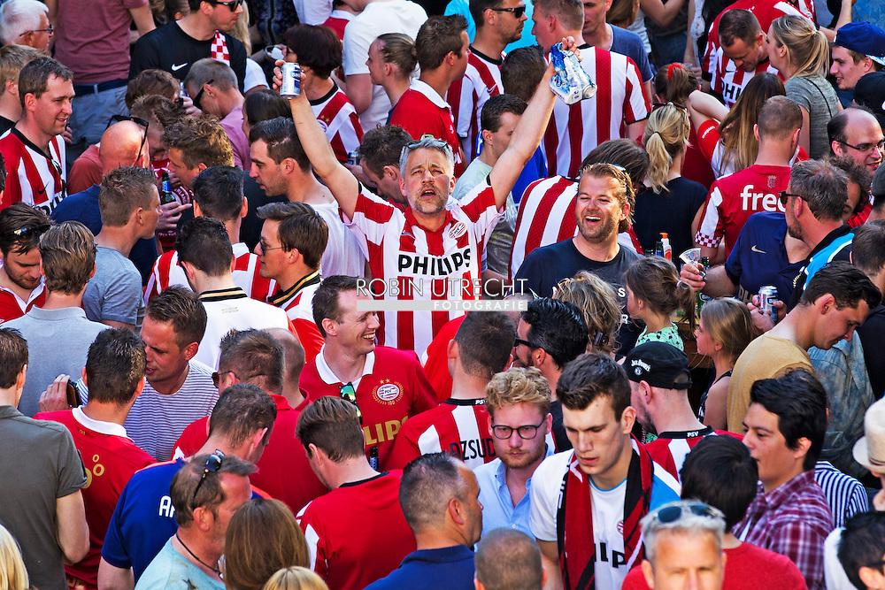 eigen 8-5-2016 EINDHOVEN - PSV-supporters in het centrum van Eindhoven na het behalen van de landstitel.  kampioenschap , Eindhoven juicht voor PSV  landskampioen psv Fans van PSV juichen in het centrum van Eindhoven nadat PSV kampioen is geworden.  COPYRIGHT ROBIN UTRECHT<br /> 8-5-2016 EINDHOVEN - PSV fans in the center of Eindhoven after earning the title. championship, PSV Eindhoven Cheers for champions PSV PSV fans cheering in the center of Eindhoven PSV after champion has become. COPYRIGHT ROBIN UTRECHT