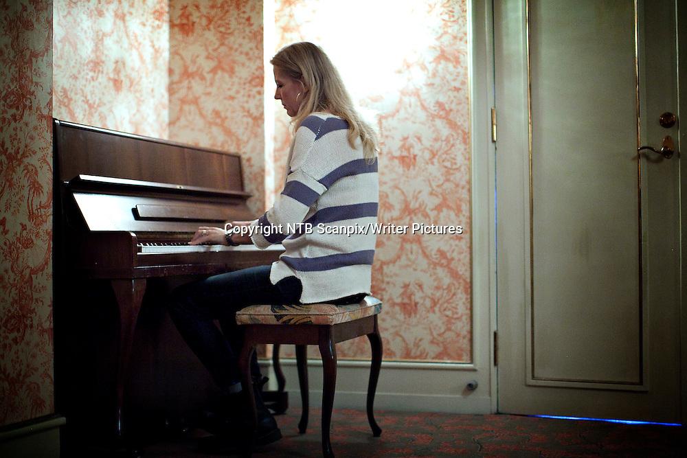 Oslo  20120302.<br /> Forfatter av boken Nobels Testamente Liza Marklund i anledning visning av filmatiseringen av boken p&Acirc; Oslo Filmfest fredag 2. mars.  Marklund spiller piano mellom intervjuene.<br /> Foto: Anette Karlsen / Scanpix<br /> <br /> NTB Scanpix/Writer Pictures<br /> <br /> WORLD RIGHTS, DIRECT SALES ONLY, NO AGENCY