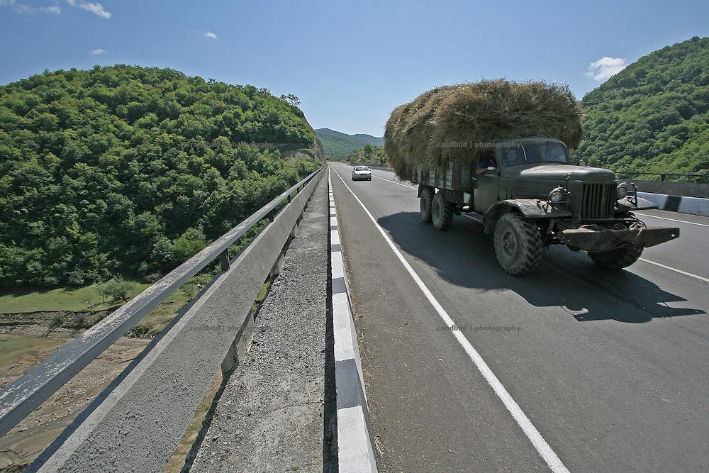 Ein Heutransporter auf der Georgischen Heerstrasse. A transport of hay on the Georgian Military Highway.