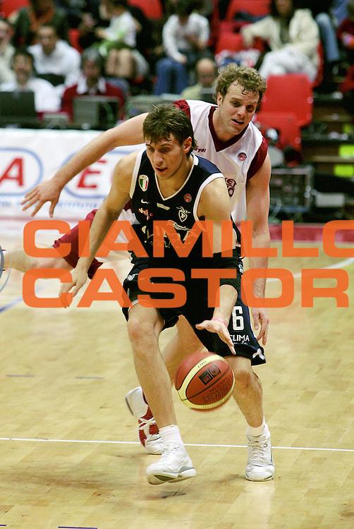 DESCRIZIONE : Livorno Lega A1 2005-06 Basket Livorno Climamio Fortitudo Bologna<br /> GIOCATORE : Mancinelli<br /> SQUADRA : Climamio Fortitudo Bologna<br /> EVENTO : Campionato Lega A1 2005-2006<br /> GARA : Basket Livorno Climamio Fortitudo Bologna<br /> DATA : 26/02/2006<br /> CATEGORIA : Palleggio<br /> SPORT : Pallacanestro<br /> AUTORE : Agenzia Ciamillo-Castoria/Stefano D'Errico