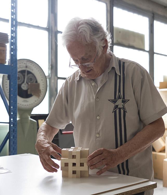 Vittorio Lonzi si cimenta nel costruire figure geometriche con la sua creatura Gropius.<br /> Vittorio Lonzi draws geometric forms playing with his creature Gropius.