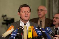 10 DEC 2003, BERLIN/GERMANY:<br /> Wilhelm Schmidt, SPD, 1. Parl. Geschaeftsfuehrer SPD BT-Fraktion, gibt ein kurzes Pressestatement, waehrend der Sitzung des Vermittlungsausschusses, Bundesrat<br /> IMAGE: 20031210-01-081<br /> KEYWORDS: Mikrofon, microphone,