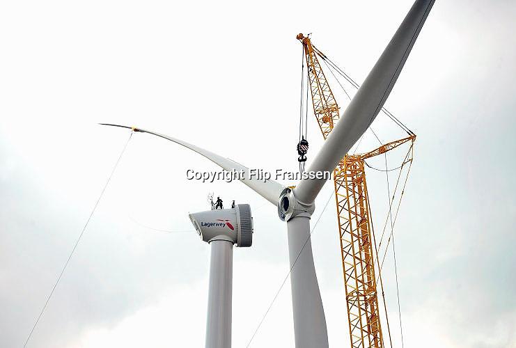 Nederland, Ressen, 30-8-2016 Een van vijf nieuwe windmolens van de coöperatie Windpower Nijmegen. Ze realiseren een windpark in Nijmegen-Noord, langs de snelweg A15. Leden kunnen meebeslissen binnen de coöperatie en investeren in het windpark. Daarnaast kunnen leden 100% groene stroom afnemen. Naar verwachting gaat het windpark energie opleveren voor 8.900 huishoudens. Wind power Nijmegen is een cooperatie, met leden uit Nijmegen en Overbetuwe, maar ook daarbuiten. Een belangrijk doel van de coöperatie is om met zoveel mogelijk leden eigenaar te worden van Windpark Nijmegen-Betuwe. FOTO: FLIP FRANSSEN