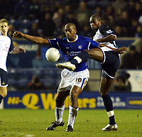 Photo: Chris Ratcliffe.<br /> Leicester City v Tottenham Hotspur. The FA Cup.<br /> 08/01/2006.<br /> Mark De Vries (L) of Leciester tussles with Anthony Gardner