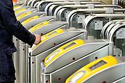 Nederland, Arnhem, 4-11-2015EIGENPassagiers op nijmegen centraal checken in en uit met hun ovchipkaartbij de ov palen, terminals. FOTO: FLIP FRANSSEN
