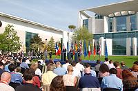 20 SEP 2003, BERLIN/GERMANY:<br /> Jacques Chirac (L), Praesident Frankreich, Gerhard Schroeder (M), SPD, Bundeskanzler, und  Tony Blair (R), Premierminister Gross Britannien, waehrend einer Pressekonferenz zum Ergebnis eines vorangegangenen  Gipfelgespraechs, Garten, Bundeskanzleramt <br /> IMAGE: 20030920-01-068<br /> KEYWORDS: Gerhard Schröder, Gipfel, summit, Journalist, Journalisten