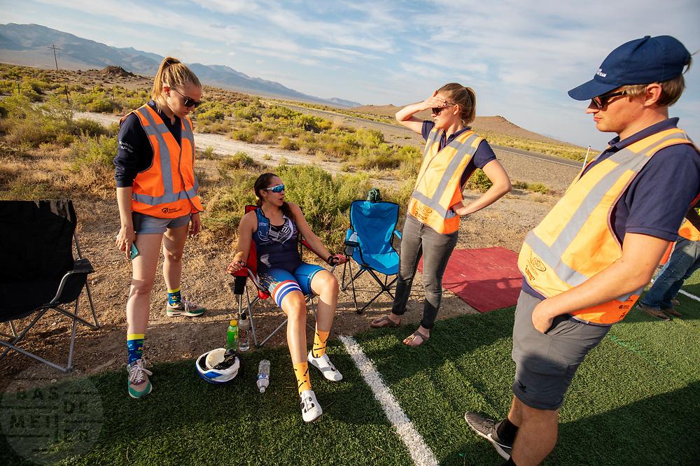 Atlete Jennifer Breet komt aan met de Velox tijdens de avondruns op de tweede racedag. Het Human Power Team Delft en Amsterdam, dat bestaat uit studenten van de TU Delft en de VU Amsterdam, is in Amerika om tijdens de World Human Powered Speed Challenge in Nevada een poging te doen het wereldrecord snelfietsen voor vrouwen te verbreken met de VeloX 9, een gestroomlijnde ligfiets. Het record is met 121,81 km/h sinds 2010 in handen van de Francaise Barbara Buatois. De Canadees Todd Reichert is de snelste man met 144,17 km/h sinds 2016.<br /> <br /> With the VeloX 9, a special recumbent bike, the Human Power Team Delft and Amsterdam, consisting of students of the TU Delft and the VU Amsterdam, wants to set a new woman's world record cycling in September at the World Human Powered Speed Challenge in Nevada. The current speed record is 121,81 km/h, set in 2010 by Barbara Buatois. The fastest man is Todd Reichert with 144,17 km/h.